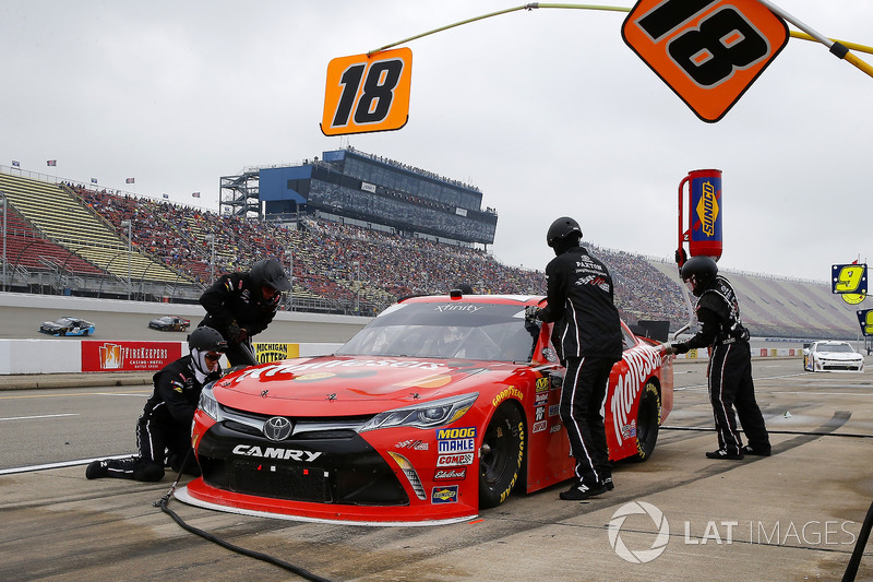 Kyle Busch, Joe Gibbs Racing, Toyota Camry Maltesers pit stop
