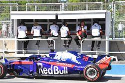 Pierre Gasly, Scuderia Toro Rosso STR13 pasa el pórtico de la pared del pozo Sauber