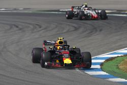 Max Verstappen, Red Bull Racing RB14, devant Kevin Magnussen, Haas F1 Team VF-18