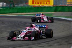 Sergio Perez, Force India VJM11, por delante de Esteban Ocon, Force India VJM11