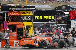 Daniel Suarez, Joe Gibbs Racing, Toyota Camry ARRIS pit stop
