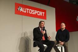Nigel Mansell in gesprek met Henry Hope-Frost op de beursvloer van Autosport