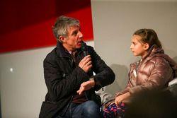 Jason Plato et sa fille parlent à Henry Hope-Frost sur la scène Autosport