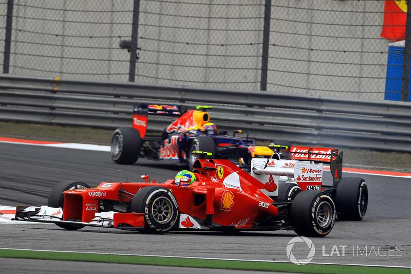 Сход Шумахера вывел после волны пит-стопов на второе и третье места Баттона и Хэмилтона. Но совсем не кстати для Льюиса на пит-стоп не поехал Фелипе Масса – Ferrari отправила бразильца на альтернативную стратегию. И он пару кругов сдерживал британца