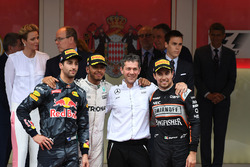 Podio: ganador de la carrera Lewis Hamilton, Mercedes AMG F1, tercer puesto Sergio Pérez, Force Indi