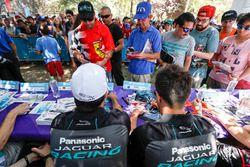 Nelson Piquet Jr., Jaguar Racing, Mitch Evans, Jaguar Racing imza seansında