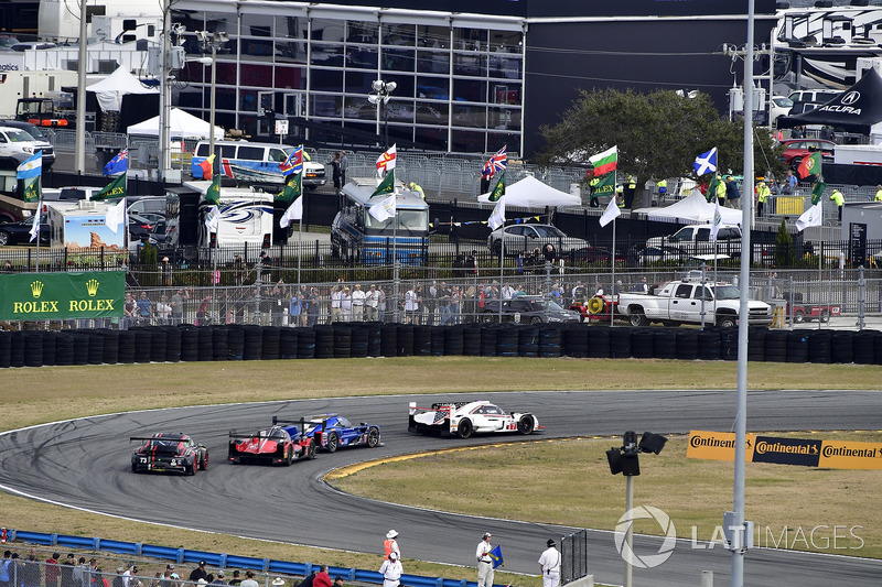 #7 Acura Team Penske Acura DPi, P: Еліо Кастроневес, Рікі Тейлор, Грем Рейхол, #90 Spirit of Daytona Racing Cadillac DPi, P: Трістан Вотер, Метт Мак-Муррі, Едді Чівер III