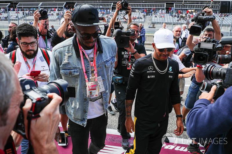 Усэйн Болт и гонщик Mercedes AMG F1 Льюис Хэмилтон