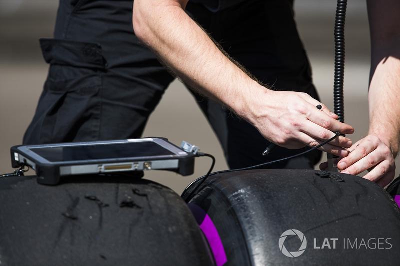 Ingenieros de Pirelli registran algunos datos del neumático