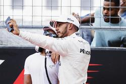 Lewis Hamilton, Mercedes AMG F1 con su hermano, Nicholas