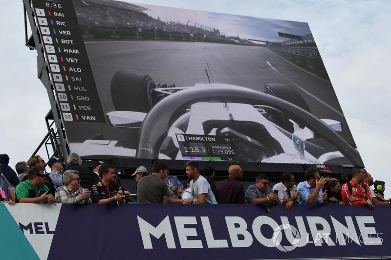 Fans y pantalla gigante