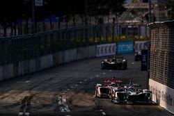 Mitch Evans, Jaguar Racing, devant Alex Lynn, DS Virgin Racing