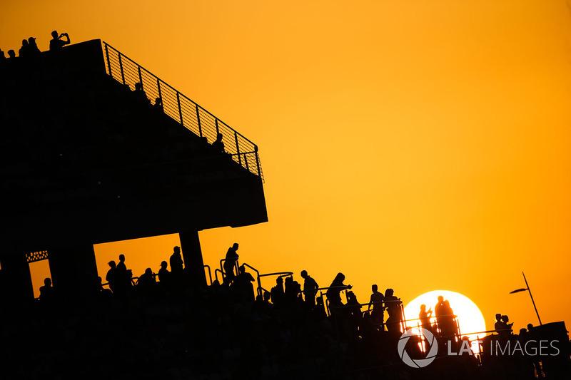 Tribuna con vistas a la pista durante la puesta de sol