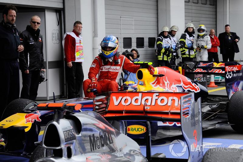 Nürburgring 2011 : Mark Webber (Red Bull) carica Fernando Alonso (Ferrari)