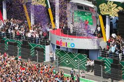 Podium : le vainqueur Max Verstappen, Red Bull Racing, le deuxième, Valtteri Bottas, Mercedes AMG F1, le troisième, Kimi Raikkonen, Ferrari