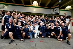 Нико Хюлькенберг празднует поул-позицию вместе с командой Williams