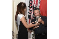 Martin Bürki primé par Miss Yokohama 2017 lors de la cérémonie de l'ASS à Berne