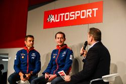 Hayden Paddon et Sebastian Marshall parlent à Henry Hope-Frost sur la scène Autosport