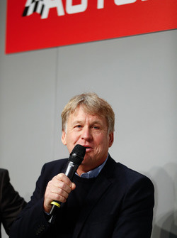Steven Tee, LAT Images, talking to Henry Hope-Frost on the Autosport stage