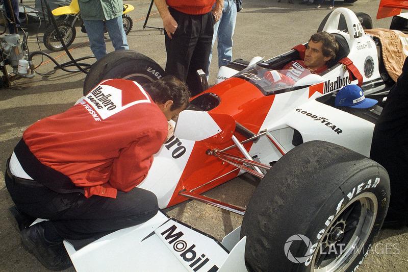 Ayrton Senna testetZwischendurch kommt Senna in die Box, um sich mit den Ingenieuren und Technikern auszutauschen ...