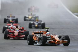 Markus Winkelhock, Spyker F8-VII lidera a Felipe Massa, Ferrari F2007