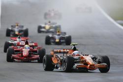 Маркус Винкельхок, Spyker F8-VII, и Фелипе Масса, Ferrari F2007