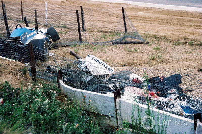 Розбиті Shadow DN8 Тома Прайса та Ligier JS7 Жака Лаффіта у повороті Кроторн після фатального інциденту