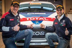 Michele Ferrara e Damiano De Tommaso posano con la loro Peugeot 208 R3