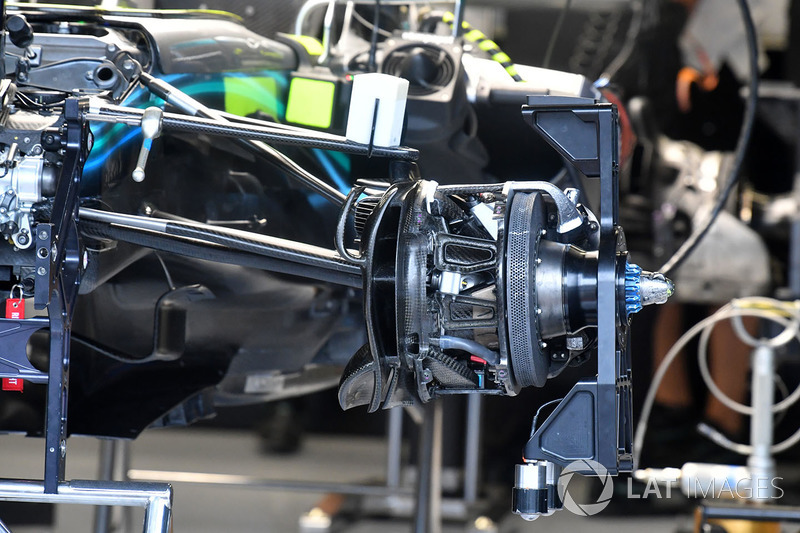 Mercedes-AMG F1 W09 front brake and wheel hub detail