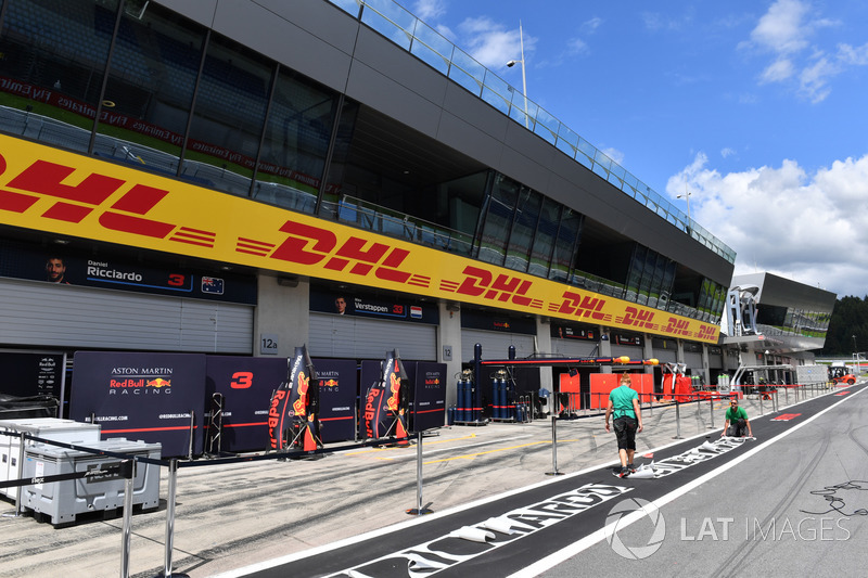 Paravento davanti al box della Red Bull Racing