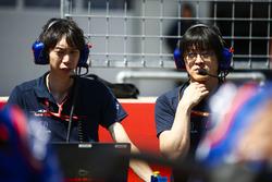 Toro Rosso Honda engineers op de grid