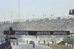 Los aficionados lanzan botes de humo amarillo a la pista