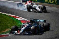 Lewis Hamilton, Mercedes AMG F1 W09, et Charles Leclerc, Sauber C37, qui bloque ses roues