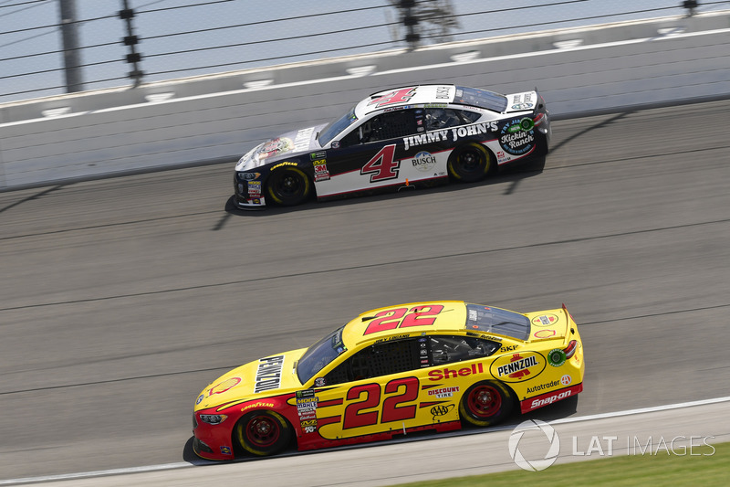 Joey Logano, Team Penske, Ford Fusion Shell Pennzoil, Kevin Harvick, Stewart-Haas Racing, Ford Fusion Jimmy John's Kickin' Ranch
