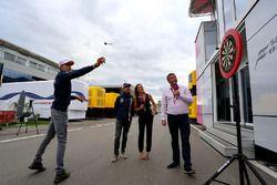 Esteban Ocon, Force India F1 joue aux fléchettes avec Sky TV