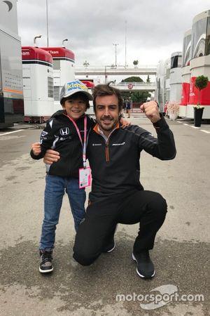 Fernando Alonso com criança