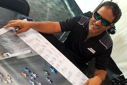 Juan Pablo Montoya firma cartel de Justin Wilson