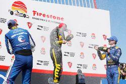 Sébastien Bourdais, Dale Coyne Racing con Vasser-Sullivan Honda, Graham Rahal, Rahal Letterman Lanigan Racing Honda, Alexander Rossi, Andretti Autosport Honda festeggiano con lo champagne sul podio