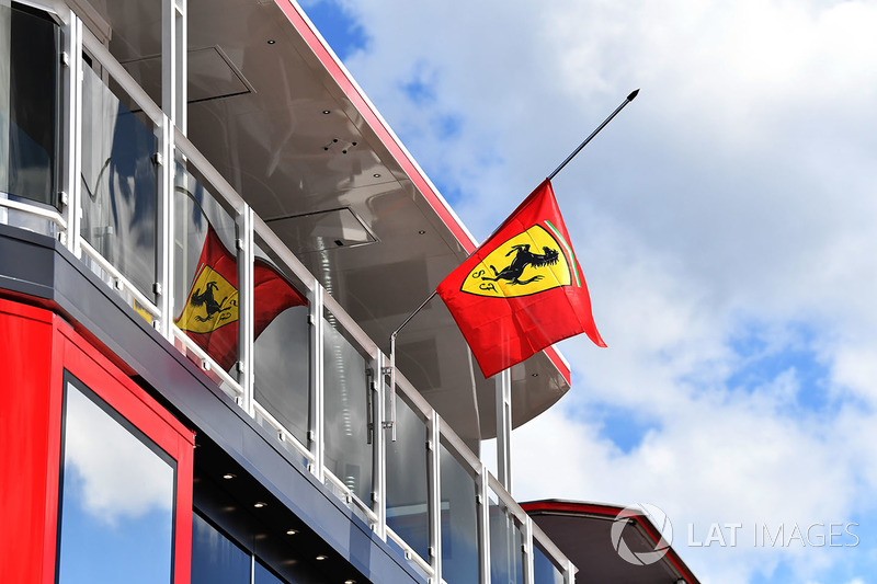 Bandera de Ferrari a media asta