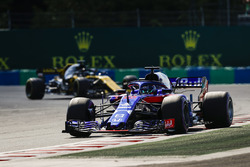 Brendon Hartley, Toro Rosso STR13, leads Nico Hulkenberg, Renault Sport F1 Team R.S. 18