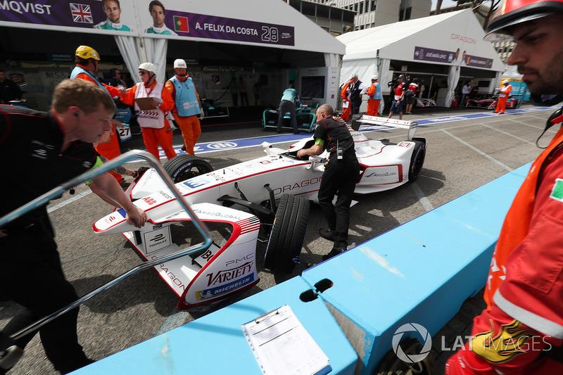 El coche de Jose Maria Lopez, Dragon Racing es empujado al garaje después del choque con Antonio Felix da Costa, Andretti Formula E Team