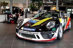La Porsche 911 GT3 Cup di Simone Pellegrinelli, Bonaldi Motorsport, in esposizione al Centro Porsche Bergamo