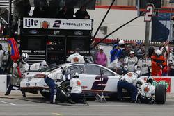Brad Keselowski, Team Penske, Ford Fusion Miller Lite pit stop
