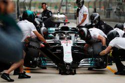 Lewis Hamilton, Mercedes AMG F1 W09, pit stop en FP2