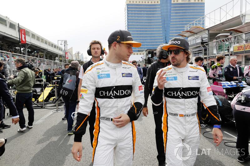 Stoffel Vandoorne, McLaren, y Fernando Alonso, McLaren, en la parrilla