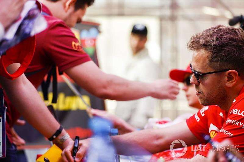 Sebastian Vettel, Ferrari, firma un autógrafo