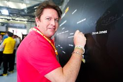 El chef James Martin participa en paseos de Hot Lap