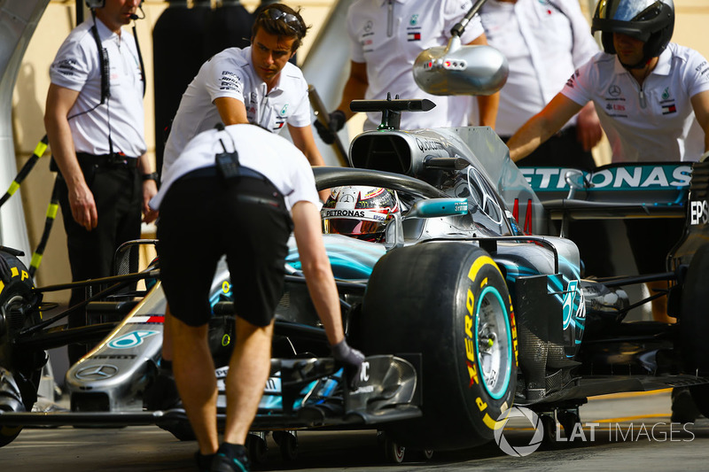 Mercedes engineers with Lewis Hamilton, Mercedes AMG F1 W09, in the pit lane