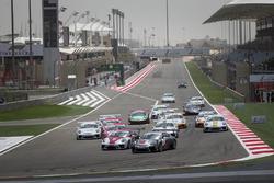 انطلاقة السباق الأول للجولة الختامية في البحرين، بورشه جي تي 3 الشرق الأوسط