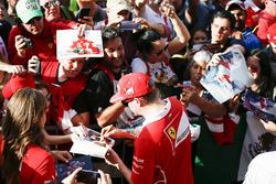 Kimi Raikkonen, Ferrari, firma de autógrafos para los aficionados